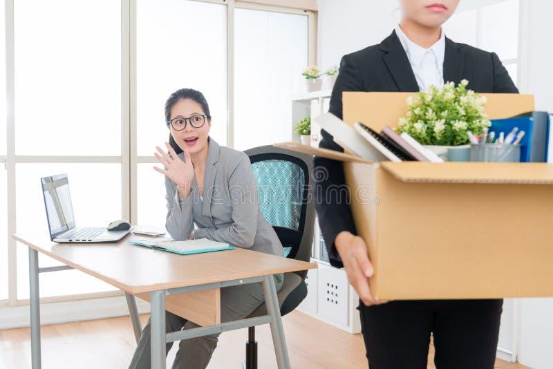 Trabalho perdedor da mulher de negócio que embala a caixa pessoal imagens de stock royalty free