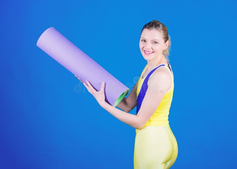 Trabalho sobre seu corpo ideal Treinamento desportivo da mulher no Gym Equipamento da esteira do esporte Aptid?o atl?tica Exerc?c fotos de stock