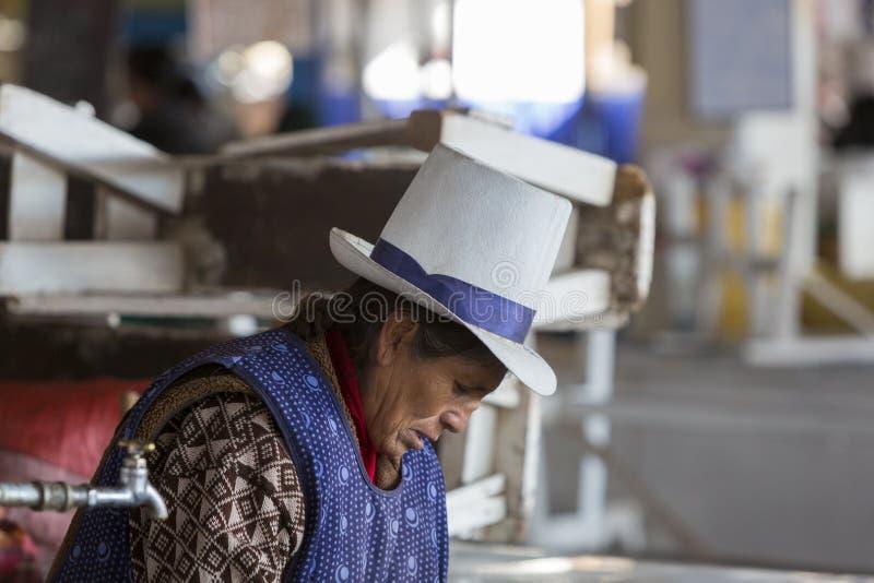 Trabalho superior peruano no mercado do alimento em Cusco, Peru imagem de stock
