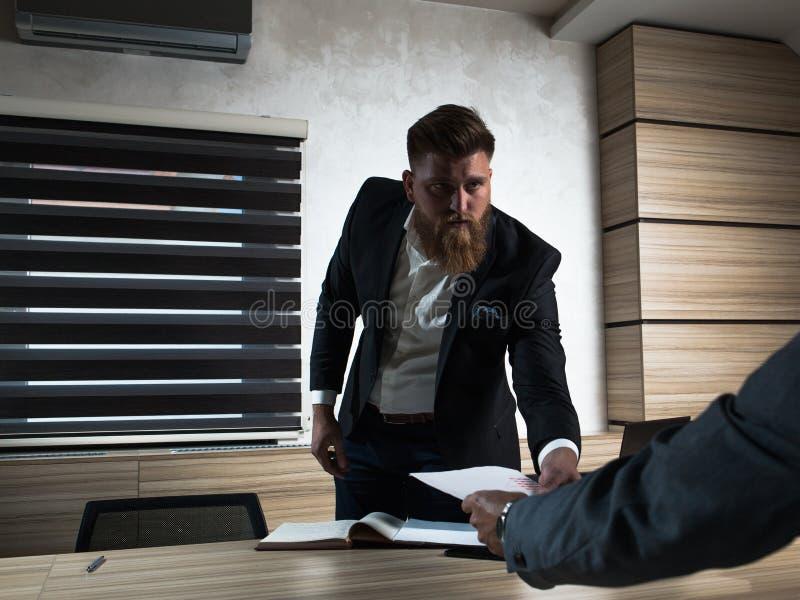 Trabalho tardio do homem de negócios novo da barba no escritório foto de stock royalty free