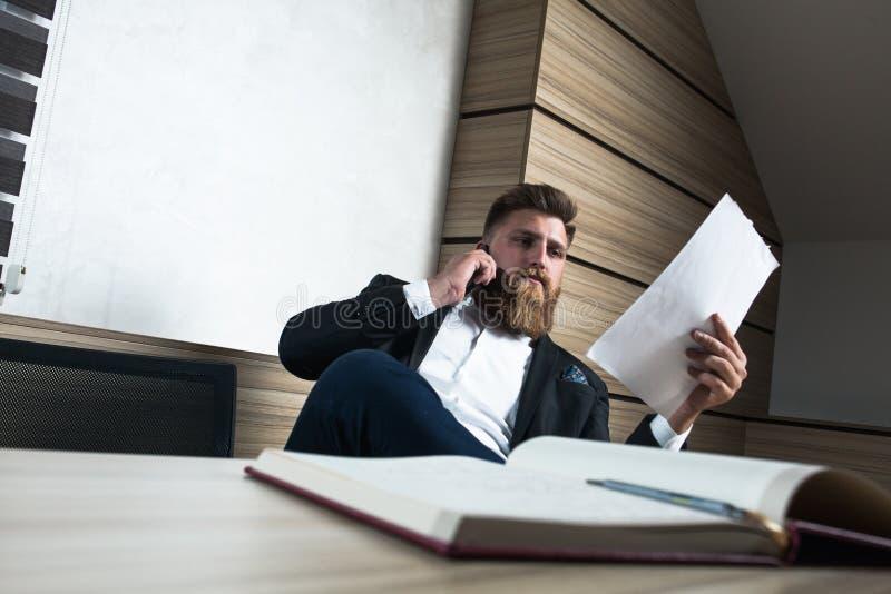 Trabalho tardio do homem de negócios novo da barba no escritório fotos de stock