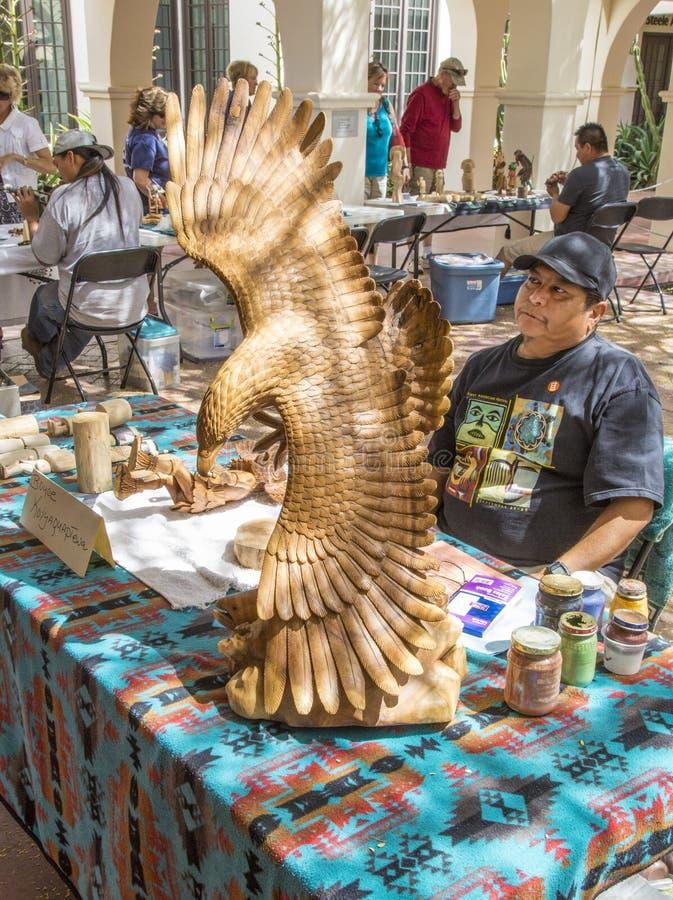 Trabalho tradicional de Hopi Wood Carving Artist Showing imagem de stock