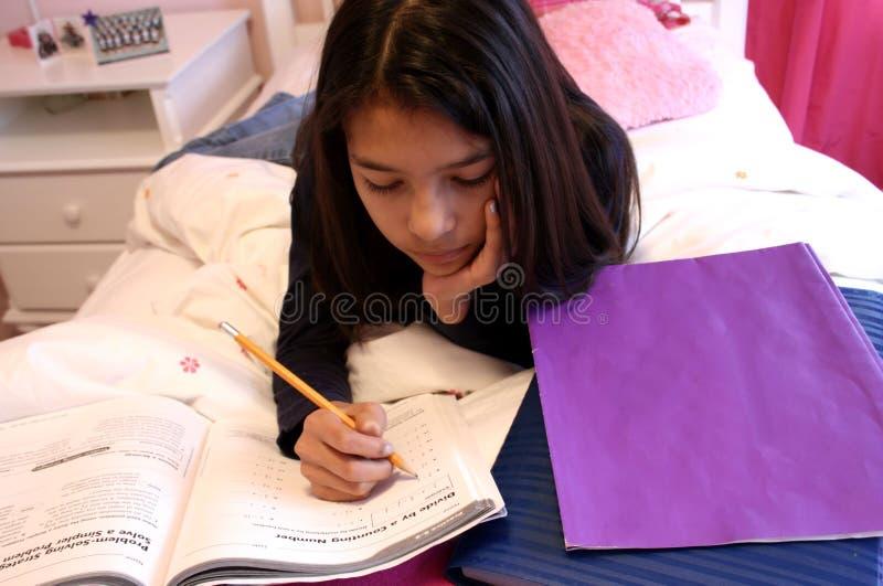 Trabalhos de casa fazendo adolescentes bonitos imagem de stock