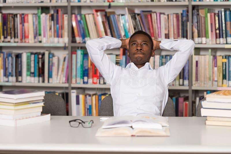 Trabalhos de casa masculinos de Stressed About His da estudante universitário foto de stock royalty free
