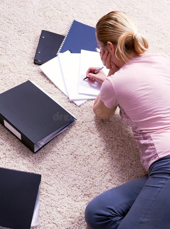 Trabalhos de encontro da mulher bonita no tapete. foto de stock royalty free