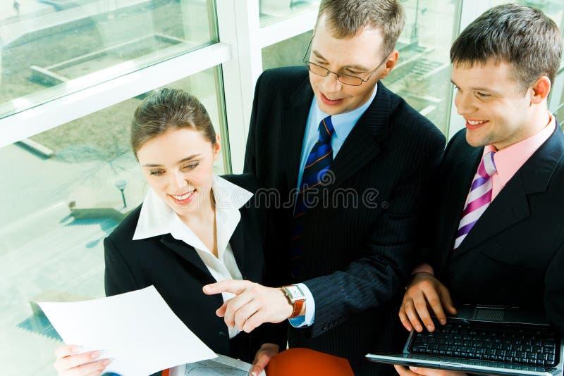 Trabalhos de equipa imagens de stock