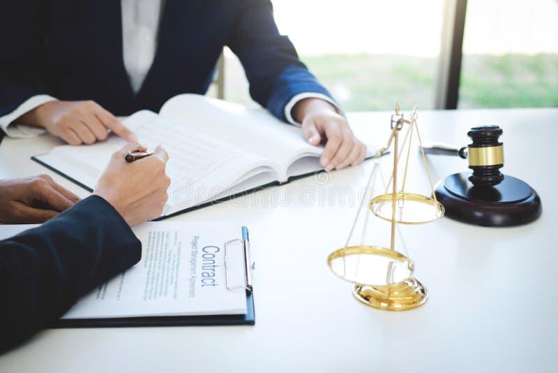 Trabalhos de equipa de colegas, de consulta e de confere do advogado do negócio imagens de stock royalty free