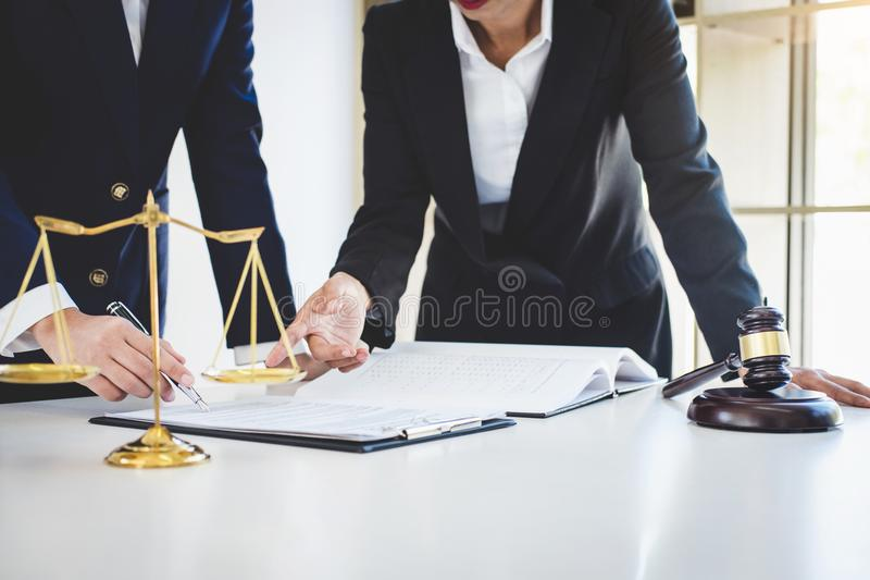 Trabalhos de equipa de colegas, de consulta e de confere do advogado do negócio foto de stock