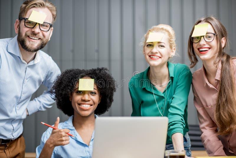 Trabalhos de equipa com portátil fotos de stock royalty free