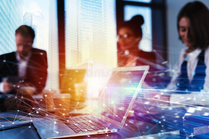 Trabalhos de trabalhos de equipa com um portátil Conceito da partilha e da interconexão do Internet Exposição dobro imagem de stock