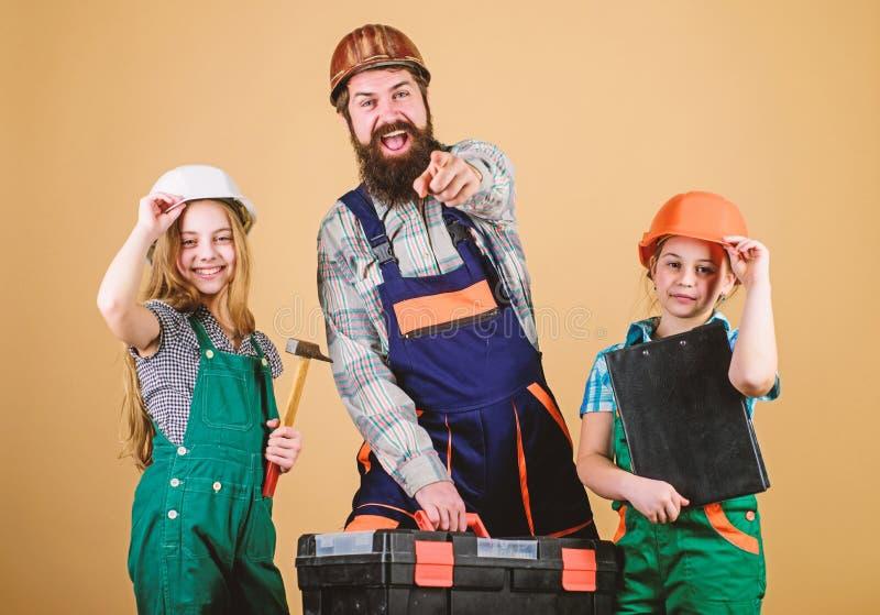 Trabalhos de equipa da fam?lia reparo Homem farpado com meninas assistente do trabalhador da constru??o Construtor ou carpinteiro imagens de stock royalty free