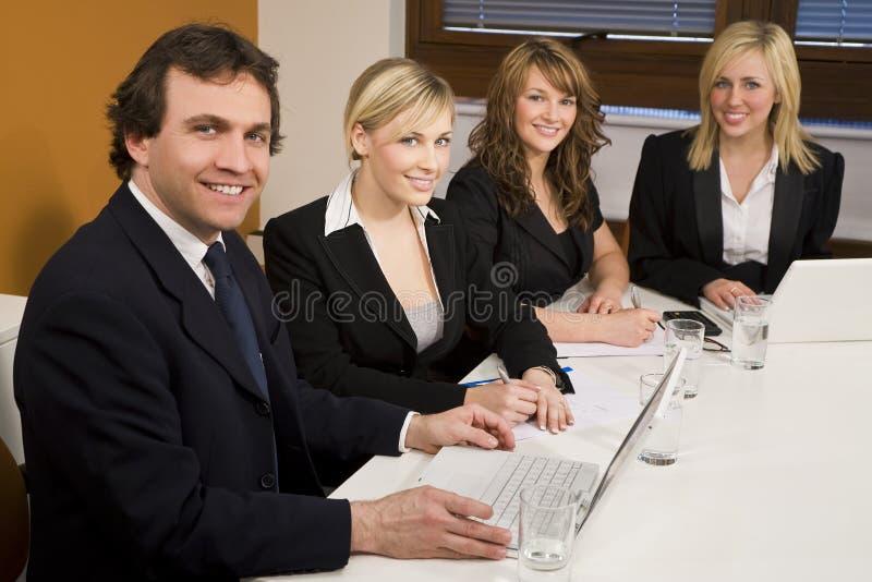 Trabalhos de equipa da sala de reuniões imagens de stock