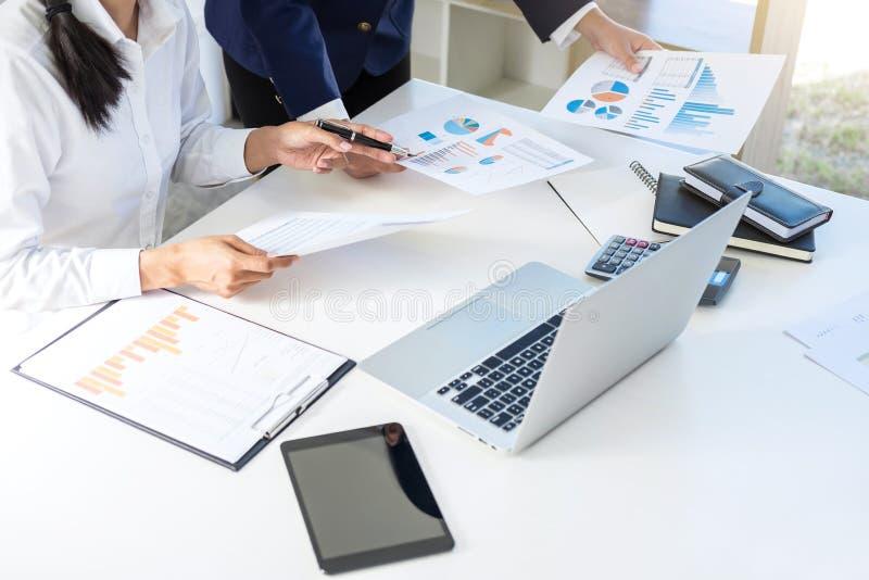 Trabalhos de equipa do crescimento do mercado da consulta dos colegas do negócio no fi fotos de stock