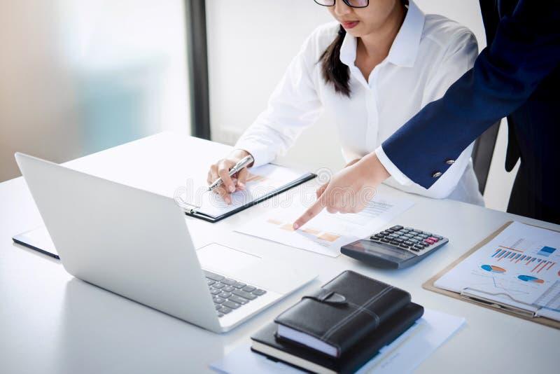 Trabalhos de equipa do crescimento do mercado da consulta dos colegas do negócio no fi fotos de stock royalty free