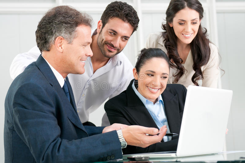 Trabalhos de equipa do negócio no escritório imagens de stock