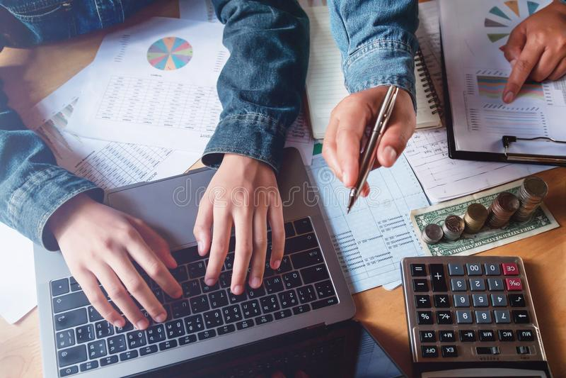 trabalhos de equipa do negócio que verificam o relatório da contabilidade no escritório com o usin imagem de stock