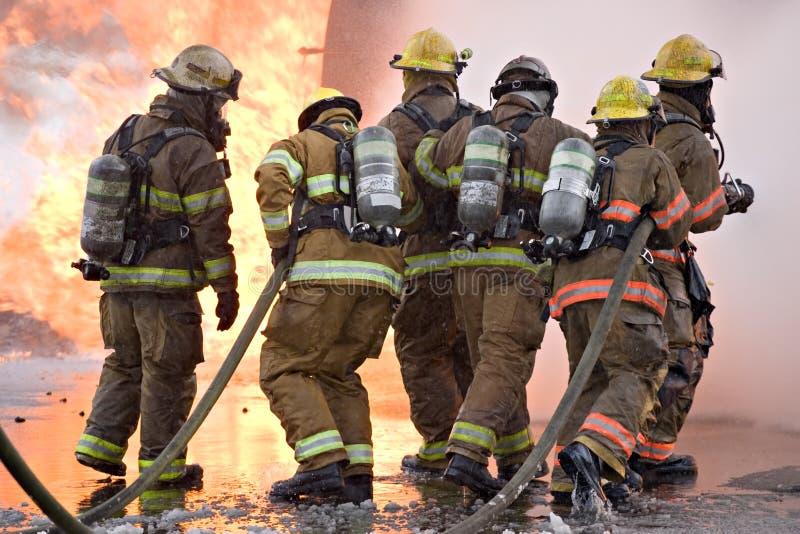 Trabalhos de equipa do sapador-bombeiro imagens de stock