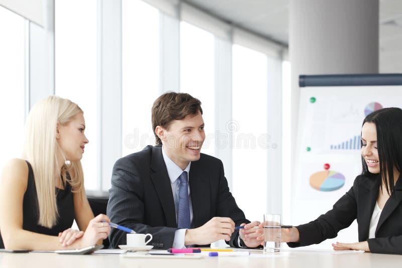 Trabalhos de equipa dos executivos foto de stock