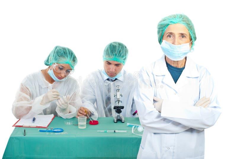Trabalhos de equipa dos químicos imagem de stock