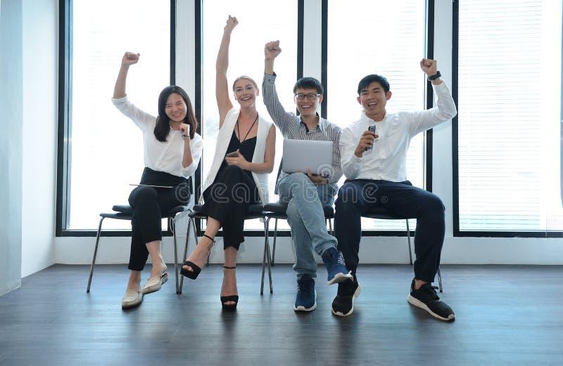 Trabalhos de equipa entusiasmado de executivos internacionais dos trabalhos do sucesso fotografia de stock royalty free