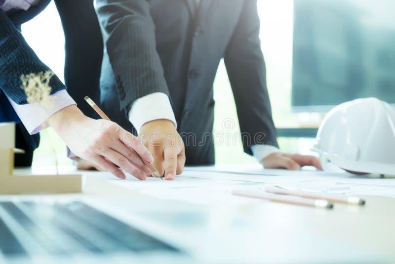 Trabalhos de equipa fora da reunião do coordenador para o projeto arquitetónico imagem de stock royalty free