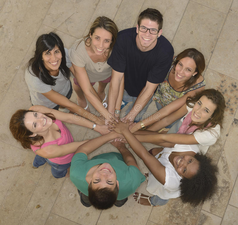 Trabalhos de equipa: Grupo de povos diversos imagens de stock royalty free