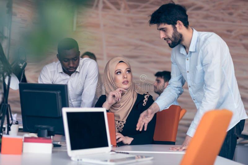 Trabalhos de equipa multiculturais alegres dos sócios comerciais foto de stock royalty free