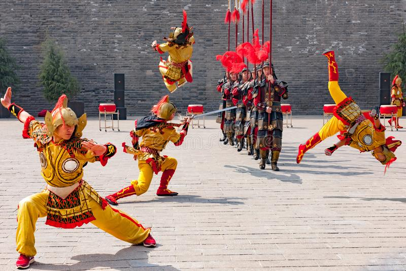Trabalhos de equipa na dança tradicional, desempenho cultural dos guerreiros, China fotos de stock
