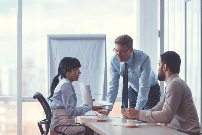 Trabalhos de equipa na reunião imagens de stock