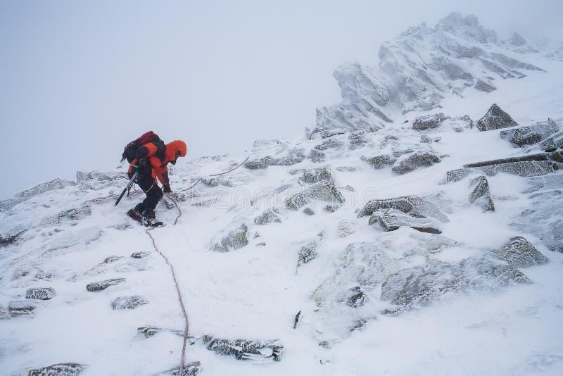 Trabalhos de equipa no alpinism mountaineering Atravesse da montanha foto de stock