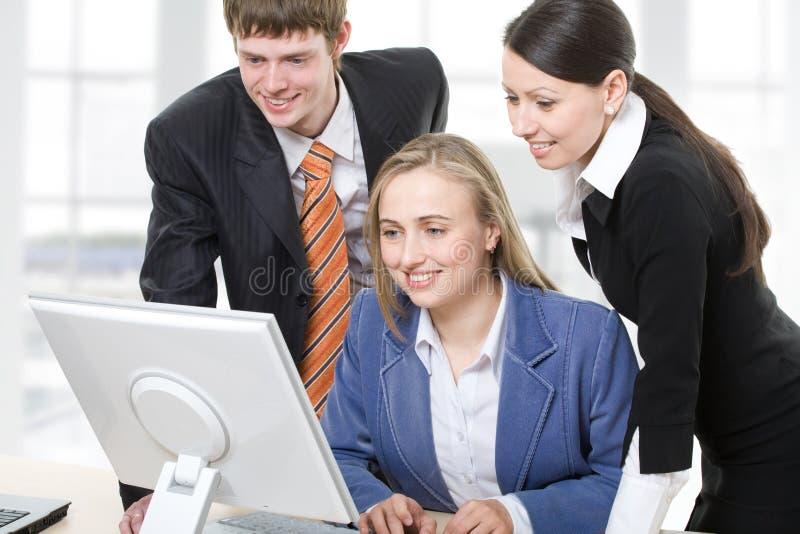 Trabalhos de equipa no escritório fotografia de stock royalty free