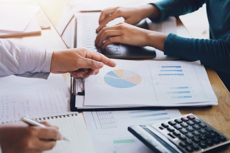 trabalhos de equipe do negócio para trabalhar o projeto novo no escritório Finança e contabilidade imagem de stock