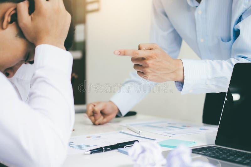 Trabalhos de equipe do negócio que responsabilizam o sócio e a discussão séria imagens de stock