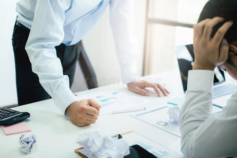Trabalhos de equipe do negócio que responsabilizam o sócio e a discussão séria foto de stock