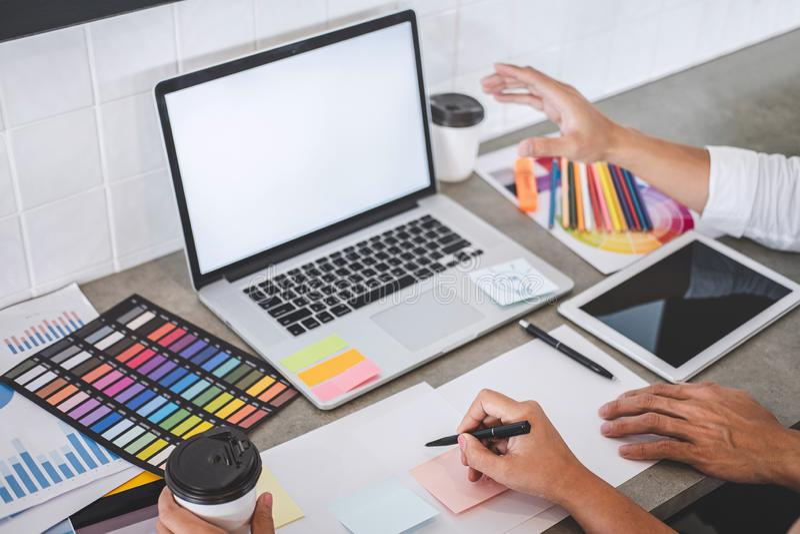 Trabalhos de equipe dos desenhistas criativos novos que trabalham no projeto junto e para escolher amostras da amostra de folha d imagens de stock royalty free