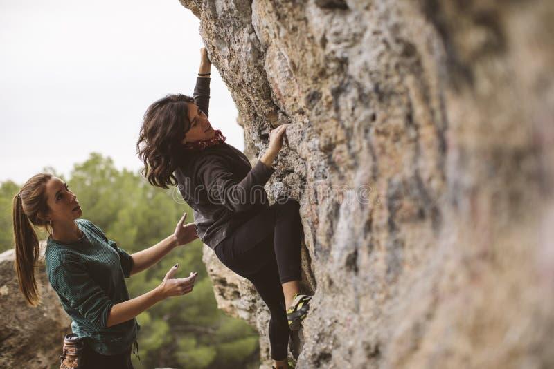 Trabalhos de equipe dos montanhistas Dois montanhistas das mulheres imagem de stock