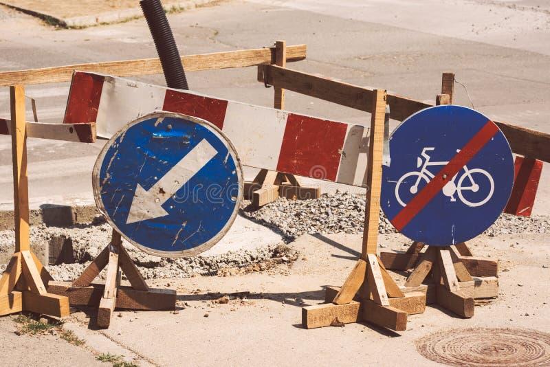 Trabalhos de estrada e sinais de tráfego imagens de stock