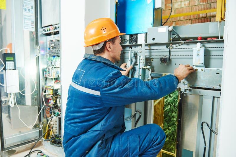 Trabalhos do eletricista com equipamento do elevador do elevador fotos de stock