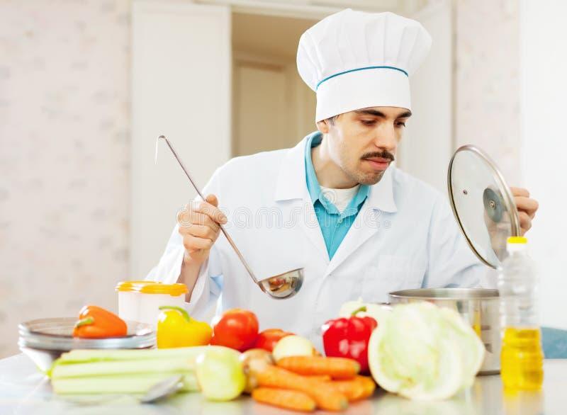 Trabalhos do homem do cozinheiro   na cozinha fotos de stock royalty free