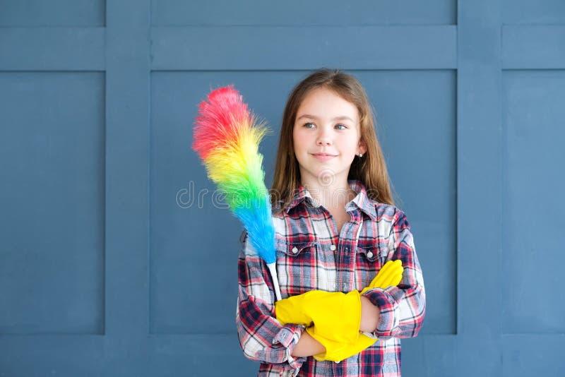 Trabalhos domésticos pequenos do espanador das luvas da menina do ajudante da mamã fotos de stock