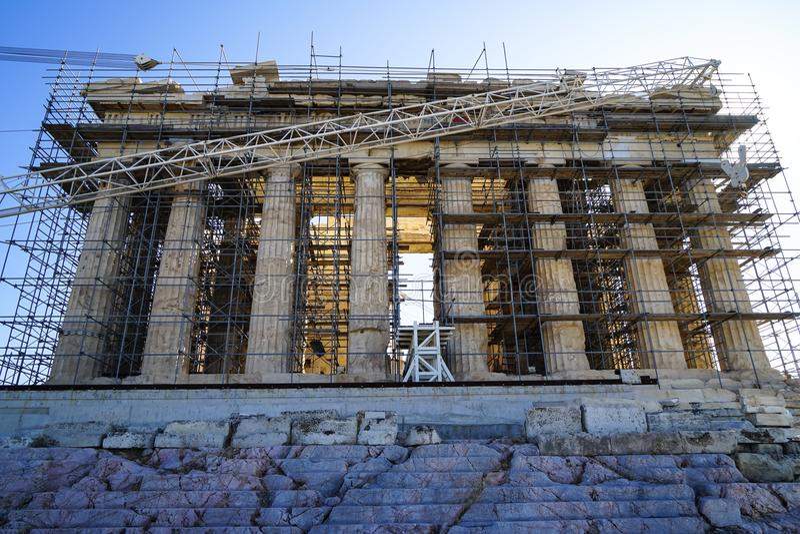 Trabalhos em curso da restauração no Partenon antigo do patrimônio mundial na base de mármore sobre a acrópole com guindaste da m imagem de stock royalty free