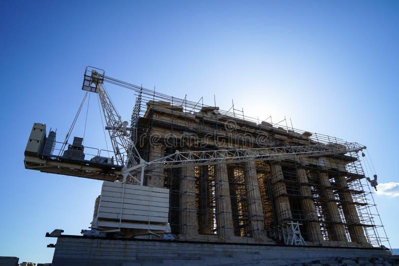 Trabalhos em curso da restauração no Partenon antigo do patrimônio mundial sobre a acrópole com guindaste da máquina, andaime foto de stock