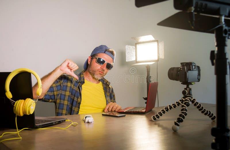 Trabalhos em rede atrativos novos do homem do totó da tecnologia com o blogue video da gravação do laptop para os meios sociais d foto de stock royalty free