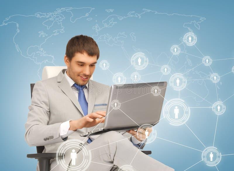 Trabalhos em rede do homem de negócios com portátil fotografia de stock