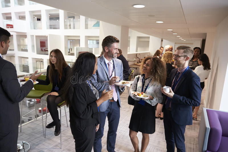 Trabalhos em rede dos delegados durante a pausa para o almoço da conferência imagens de stock royalty free
