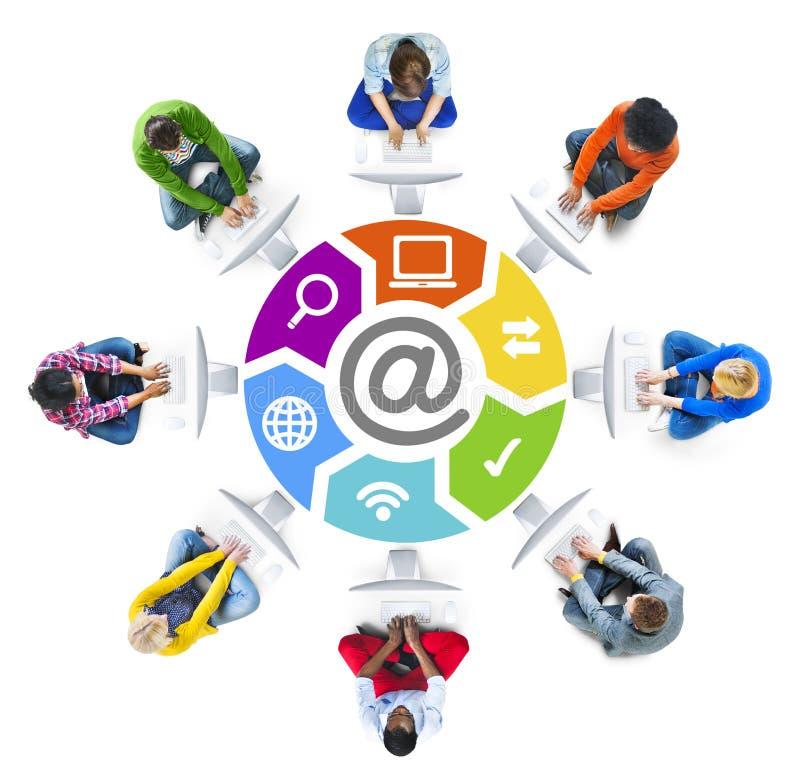 Trabalhos em rede dos povos e conceitos sociais da rede informática foto de stock