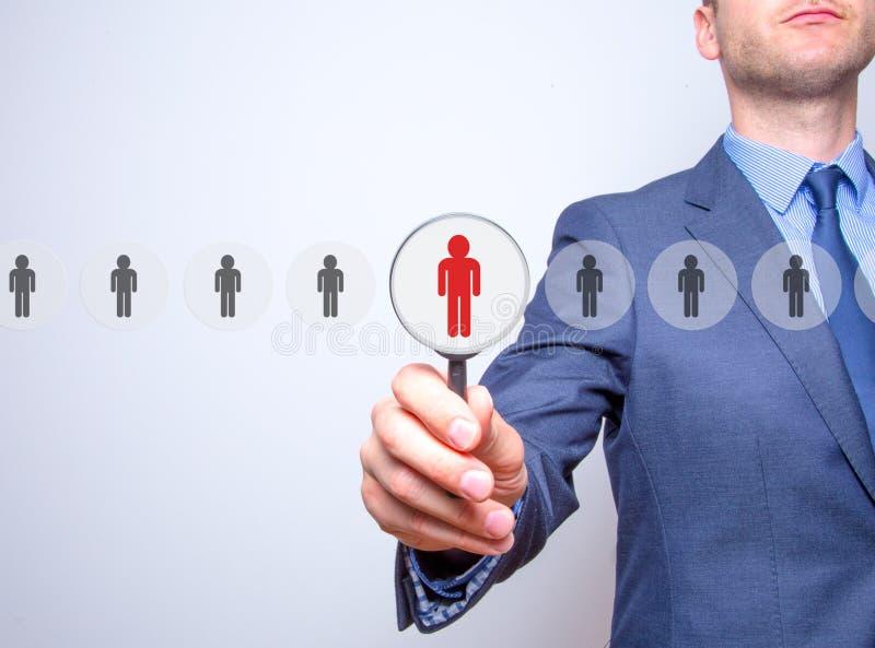 Trabalhos em rede e recrutamento - homem de negócios com lupa fotos de stock