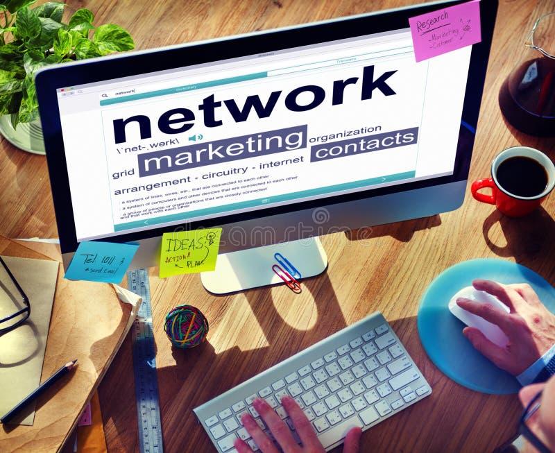 Trabalhos em rede que introduzem no mercado o conceito em linha da relação dos contatos foto de stock royalty free