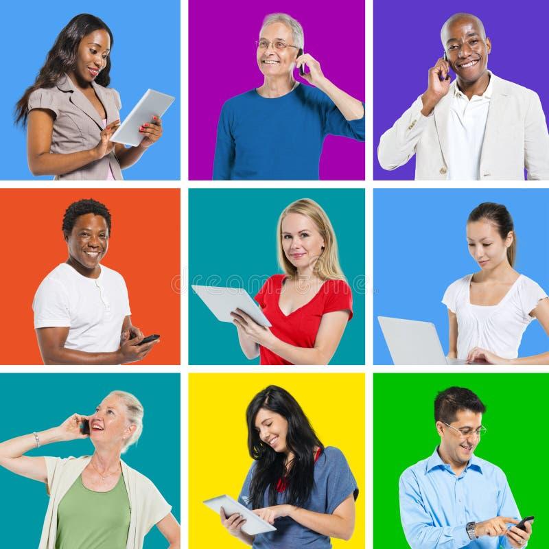 Trabalhos em rede sociais dos povos Multi-étnicos com uma comunicação global imagem de stock royalty free