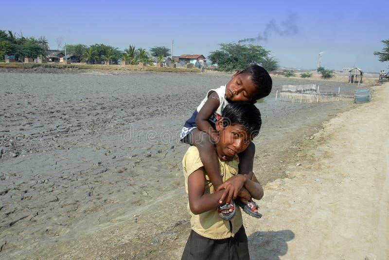 Trabalhos infanteis no campo de tijolo indiano fotos de stock royalty free